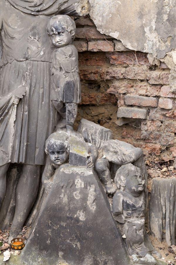 Estátua histórica no cemitério velho de Praga do mistério, República Checa imagem de stock