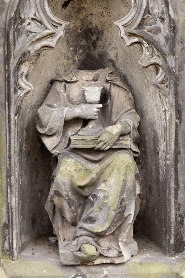 Estátua histórica no cemitério velho de Praga do mistério, República Checa foto de stock royalty free