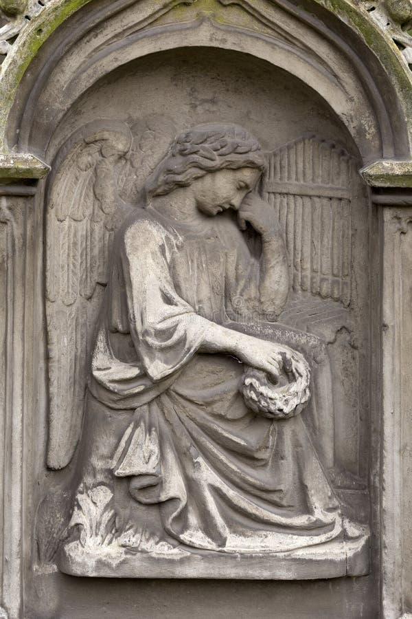 Estátua histórica no cemitério velho de Praga do mistério, República Checa fotografia de stock