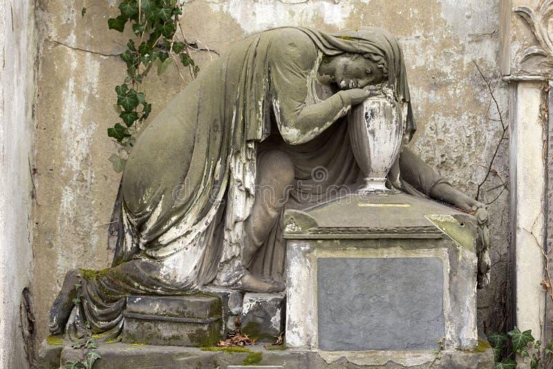 Estátua histórica no cemitério velho de Praga do mistério, República Checa foto de stock