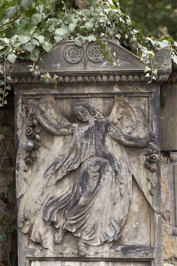 Estátua histórica no cemitério velho de Praga do mistério, República Checa imagens de stock