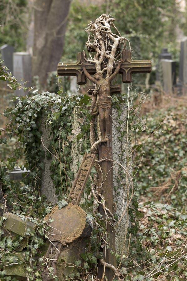 Estátua histórica no cemitério velho de Praga do mistério, República Checa imagens de stock royalty free