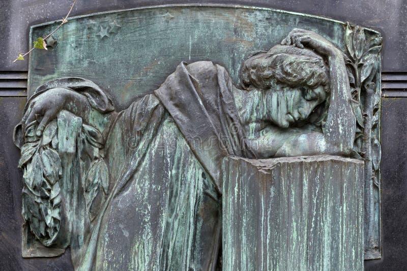Estátua histórica no cemitério velho de Praga do mistério, República Checa fotos de stock