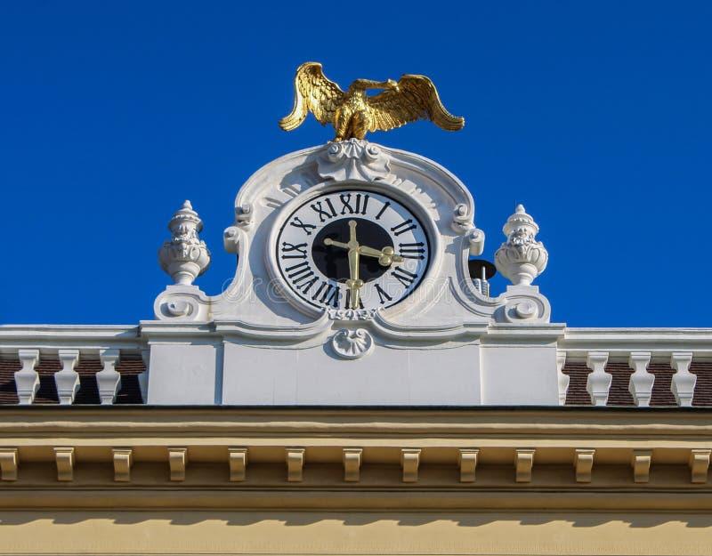 A estátua imperial dourada da águia no palácio de Schoenbrunn com o fundo do céu azul fotos de stock royalty free
