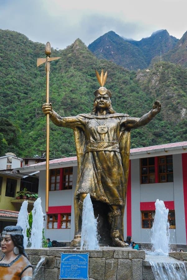 Estátua Incan do deus no quadrado principal da cidade de Calientes das águas fotos de stock