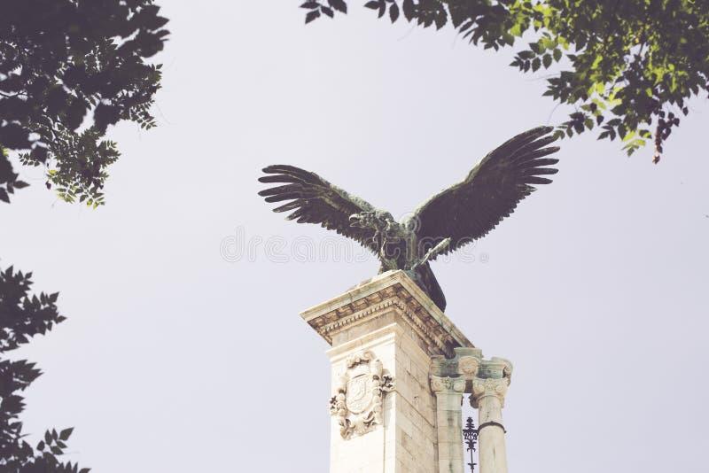 Estátua legendária do pássaro no castelo real imagens de stock