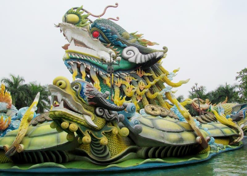 Estátua mítico colorida do dragão imagem de stock
