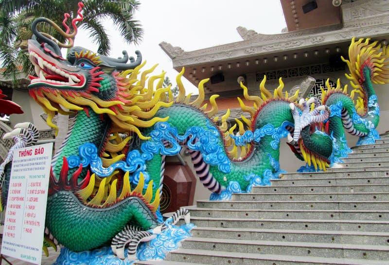 Estátua mítico colorida do dragão em Suoi Tien Theme Amusement Park Ho em Chà Minh City, Vietname fotos de stock