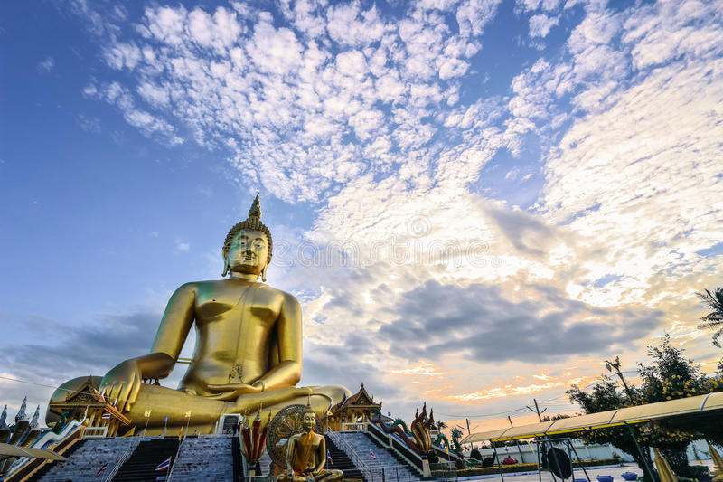 A estátua a mais grande de buddha em Wat Muang Ang Thong foto de stock