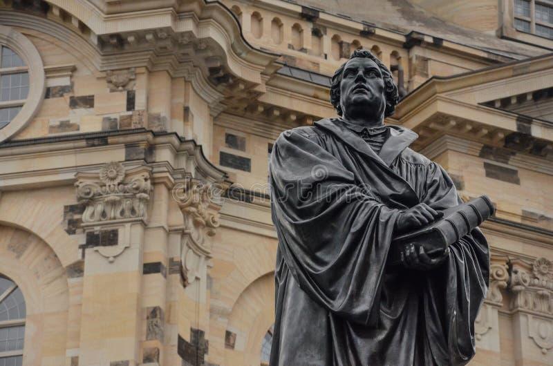 Estátua Martin Luther vor Frauenkirche de Dresden em Alemanha fotos de stock royalty free