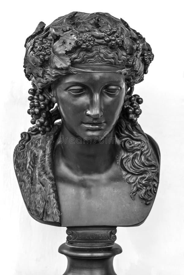 Estátua masculina antiga isolada no fundo branco O deus grego do Baco do vinho rebenta o public domain Caráter de bronze da mitol fotos de stock royalty free