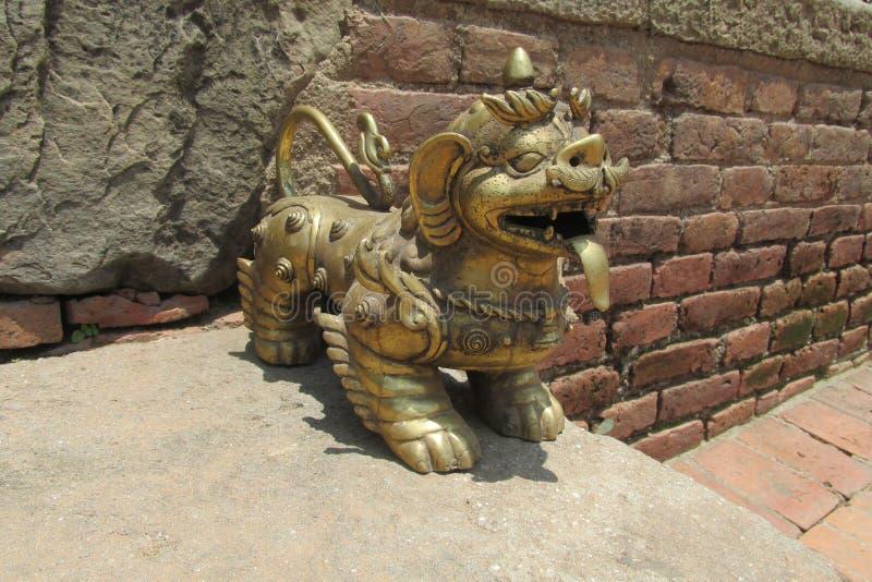 Estátua mitológica asiática de Qilin em Bhaktapur, Nepal fotografia de stock
