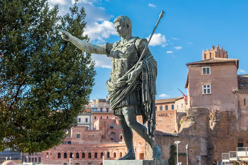 Estátua monumental de bronze do primeiro imperador Caesar Augustus no centro de Roma, Itália fotos de stock