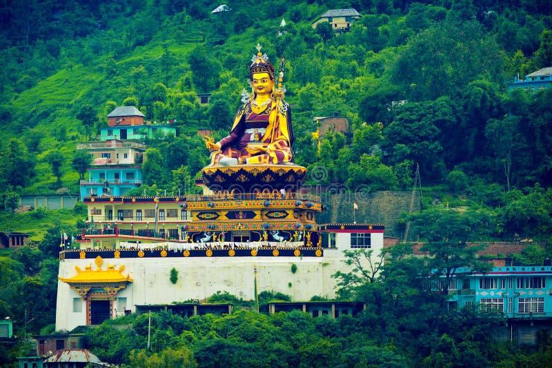Estátua monumental de Padmasmabhava Guru Rinpoche em Rewalsar foto de stock