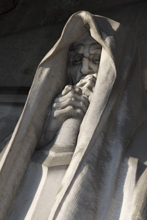 Estátua mortal de um cemitério imagem de stock