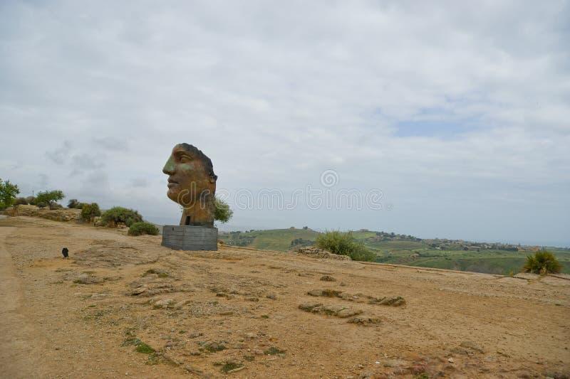 estátua na área arqueológico de Agrigento, Sicília, Itália imagem de stock