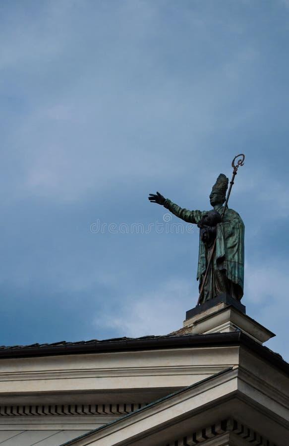 Estátua na cidade do italiano de Aosta- imagens de stock royalty free