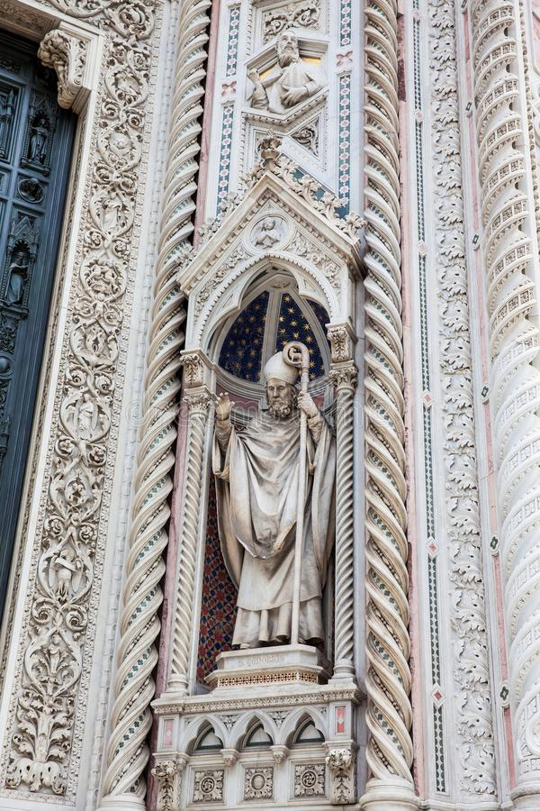 A estátua na fachada de Florence Cathedral chamou formalmente di Santa Maria del Fiore de Cattedrale consagrou em 1436 imagens de stock