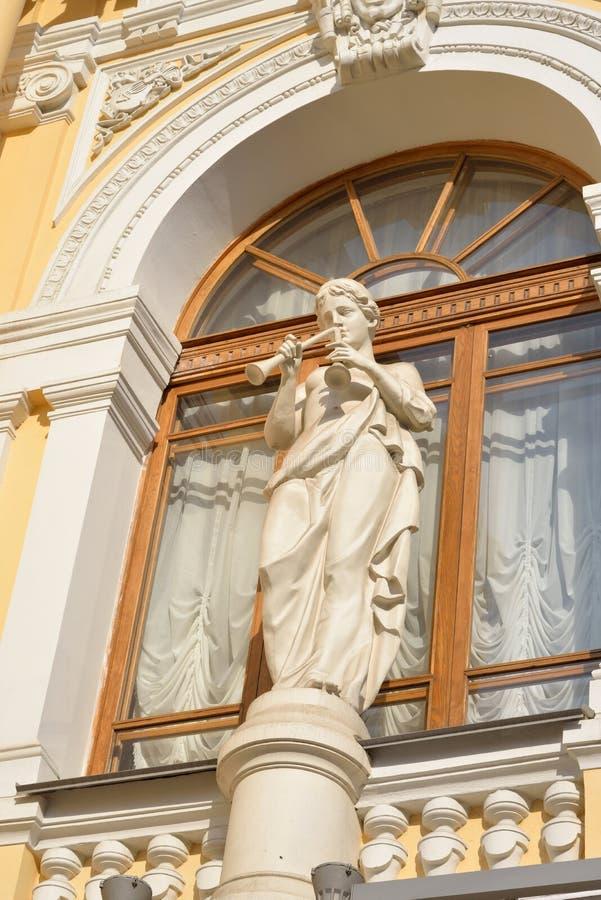 Estátua na fachada do circo grande do estado de St Petersburg fotografia de stock royalty free