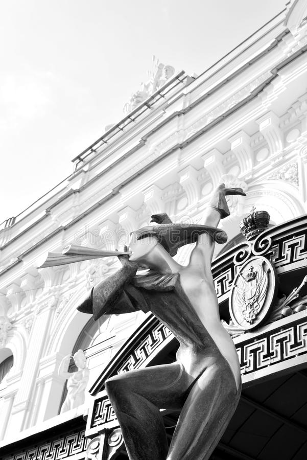 Estátua na fachada do circo grande do estado de St Petersburg fotos de stock royalty free