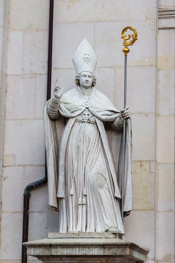 A est?tua na fachada dos DOM da catedral ou do Salzburger de Salzburg ? igreja cat?lica romana barroco em Salzburg ?ustria imagens de stock