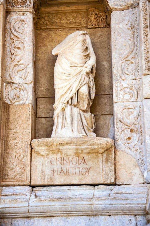 Estátua na frente da biblioteca de Celsus, Ephesus, imagens de stock