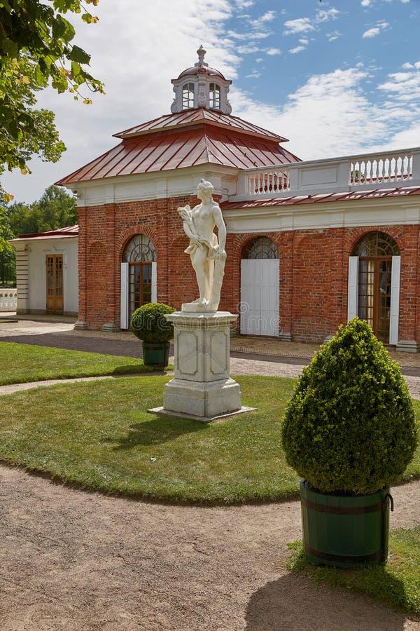 Estátua na frente do palácio de Monplaisir em jardins de Peterhof, perto de St Petersburg em Rússia imagem de stock