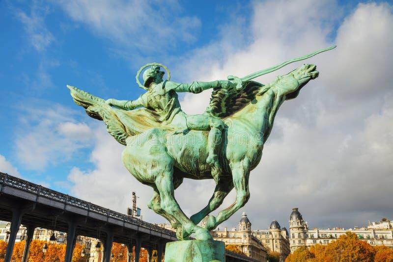 Estátua na ponte Bir-Hakeim em Paris fotos de stock royalty free