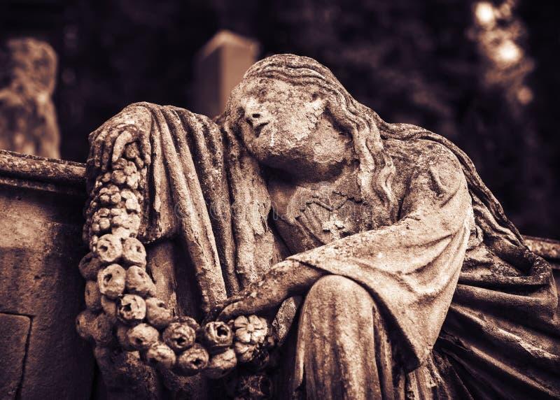 Estátua na sepultura no cemitério velho foto de stock royalty free