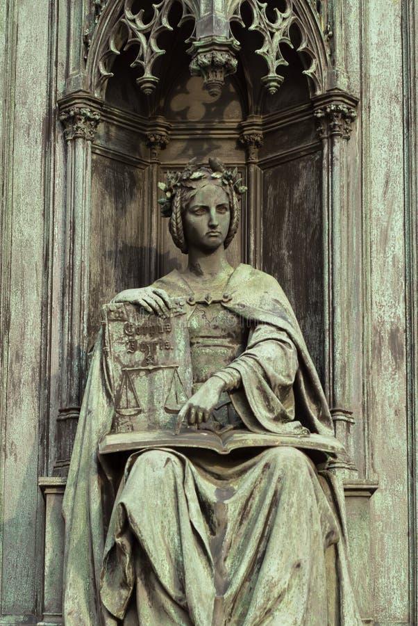 Estátua neogótica de mulher titular de livro foto de stock