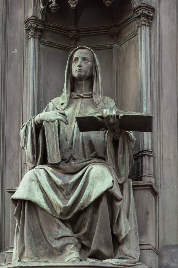 Estátua neogótica de mulher titular de livro fotos de stock royalty free