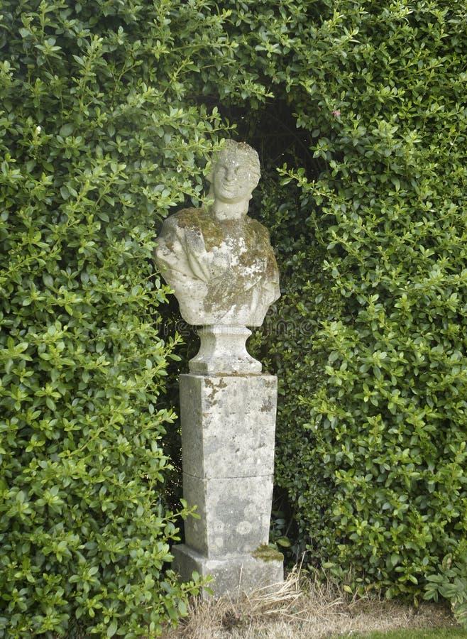 Estátua no jardim imagens de stock royalty free