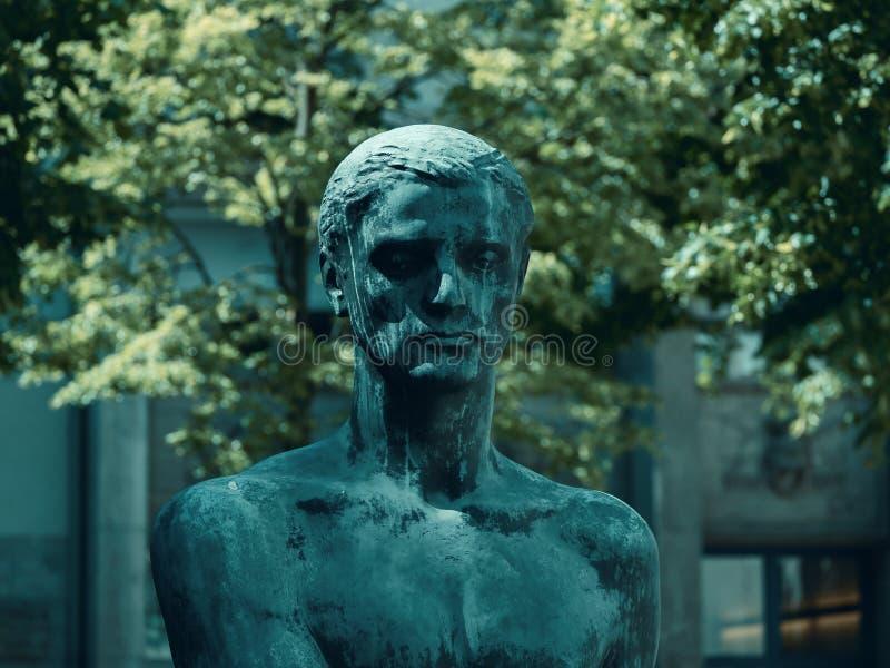 Estátua no pátio do centro memorável da resistência alemão em Berlim fotografia de stock