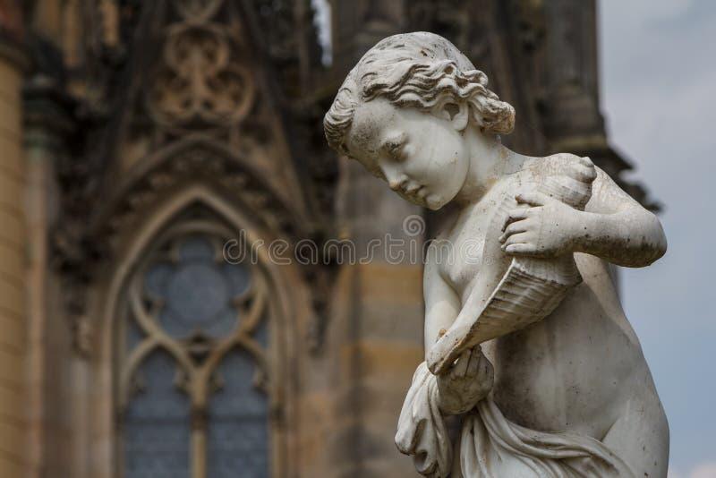 Estátua no parque do castelo de Schwerin imagens de stock royalty free