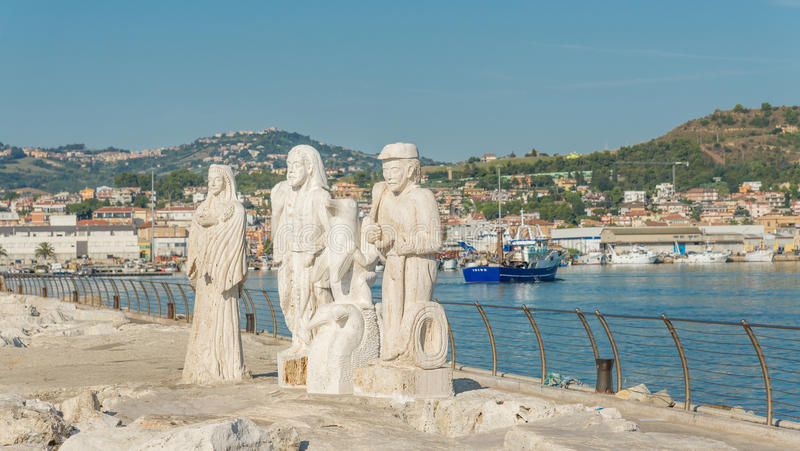 Estátua no porto - Ascoli Piceno - Itália foto de stock royalty free
