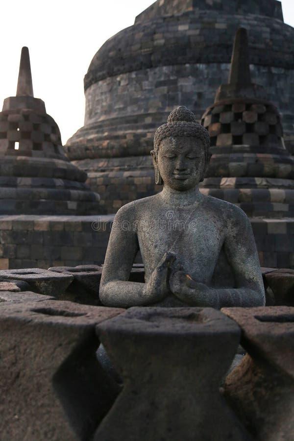 Estátua no templo de Borobudur em Indonésia fotos de stock royalty free