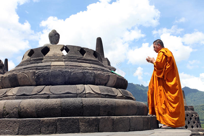 Estátua no templo de Borobudur, Indonésia da Buda fotos de stock royalty free