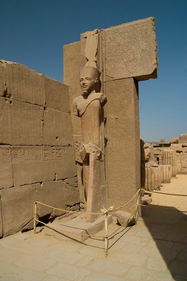 Estátua no templo de Karnak imagem de stock royalty free