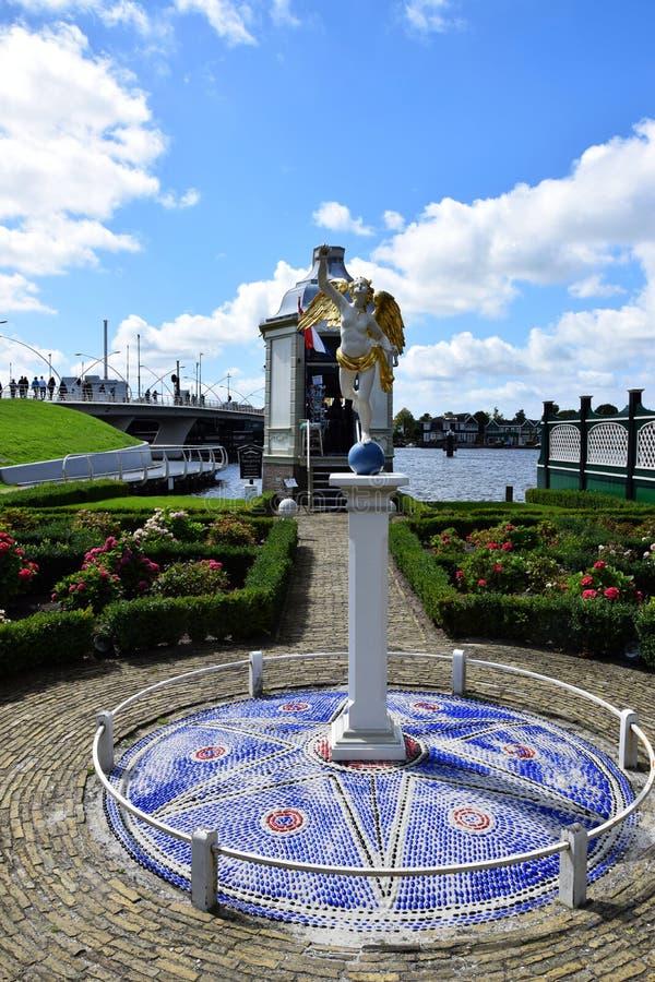 Estátua nos jardins perto do parque do moinho de vento de Zaanse Schans em Zaandam, Holanda, Países Baixos imagens de stock