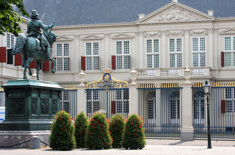 Estátua para o palácio holandês de Noordeinde, Haia imagens de stock royalty free