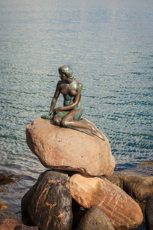 Estátua pequena da sereia em Copenhaga, Dinamarca imagem de stock