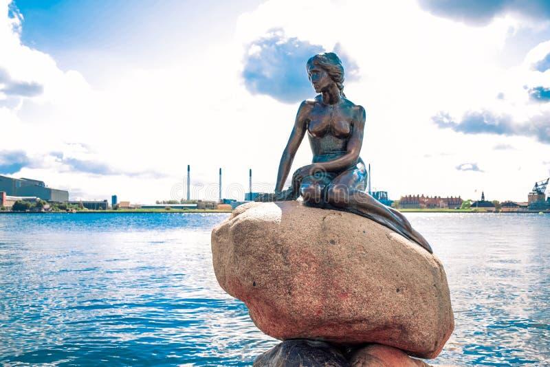 A estátua pequena da sereia pela margem no passeio de Langelinie em Copenhaga, Dinamarca fotos de stock royalty free