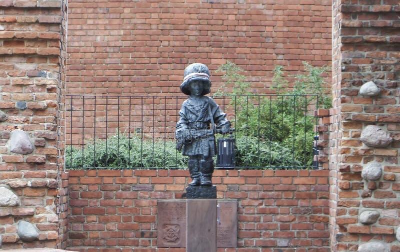 Estátua pequena do insurreto, um soldado da criança na resistência polonesa - 6 de julho de 2015 - Varsóvia, Polônia imagens de stock