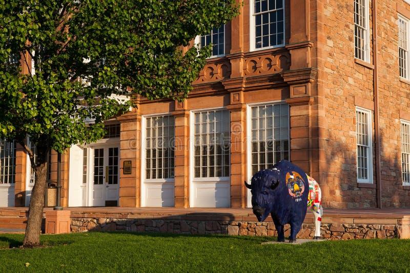 Estátua pintada do búfalo na frente da construção de Salão do Conselho foto de stock royalty free