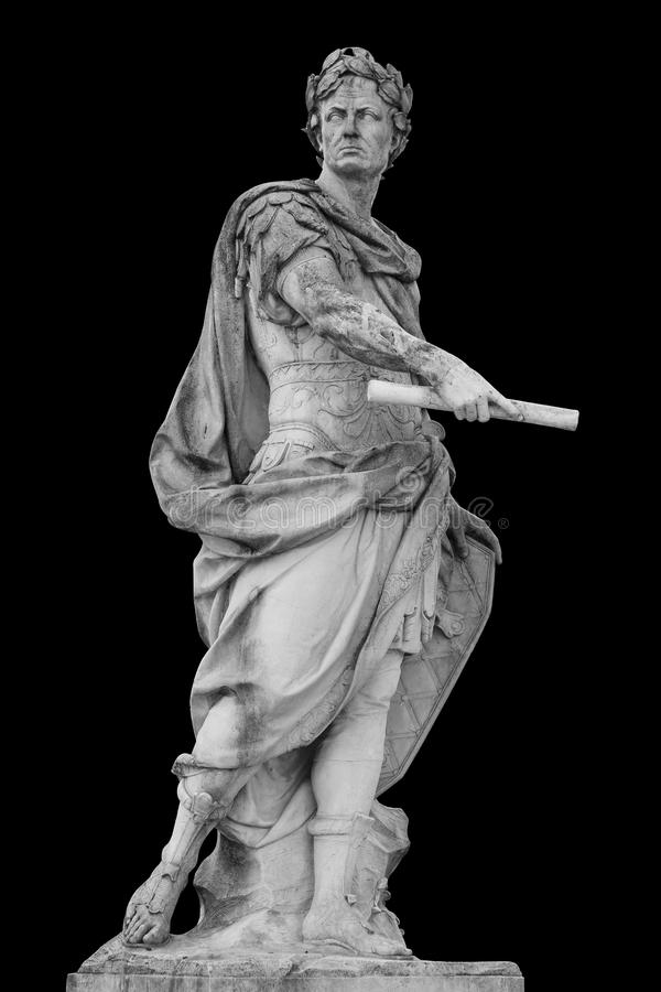Estátua romana de Julius Caesar do imperador isolada sobre o fundo preto imagem de stock