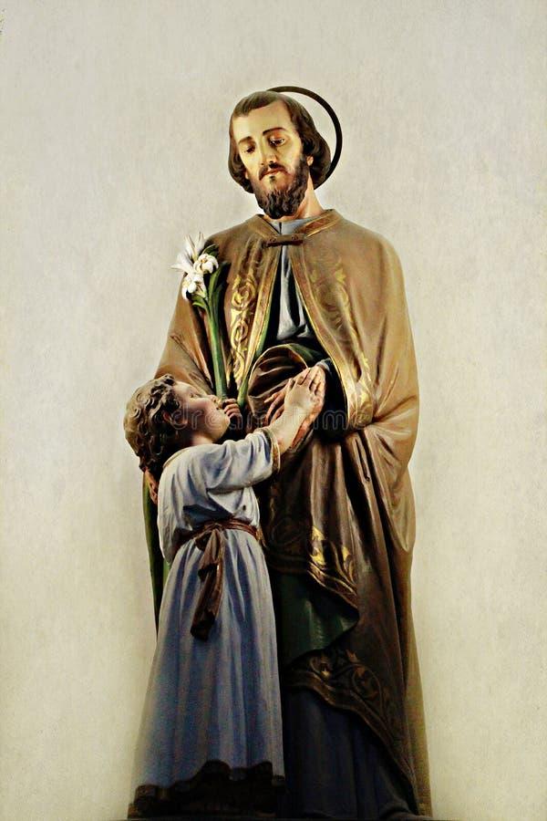 Estátua Saint Joseph com Jesus pequeno imagem de stock royalty free