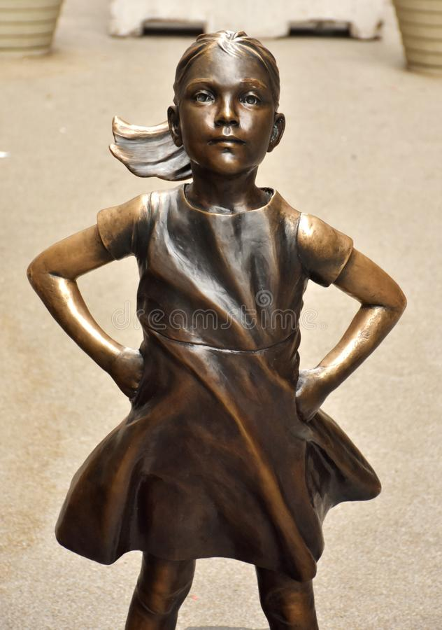 Estátua sem medo da menina em New York City imagens de stock royalty free