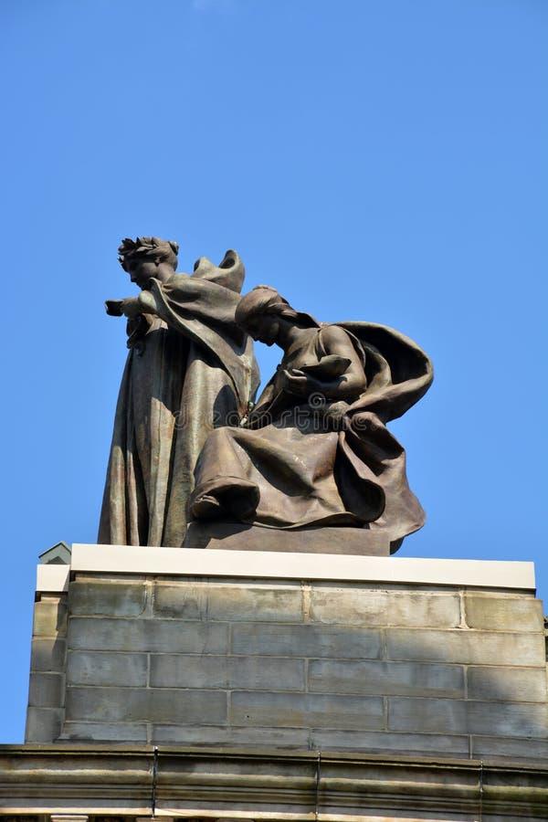 Estátua sobre o auditório de Carnegie fotografia de stock royalty free