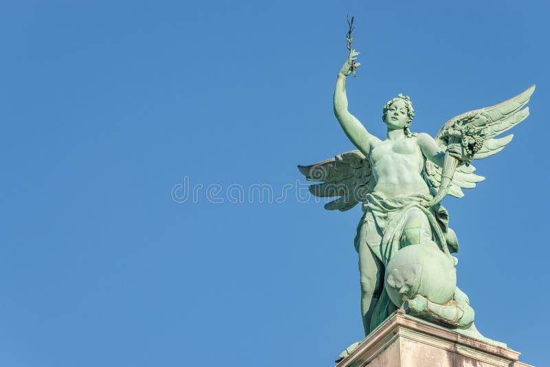 Estátua superior do telhado do anjo sensual da era do renascimento com as asas em f imagem de stock