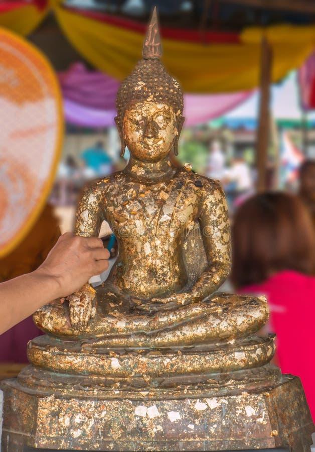 Estátua tailandesa da tampa da tradição da Buda com folha de ouro e mãos w fotos de stock royalty free